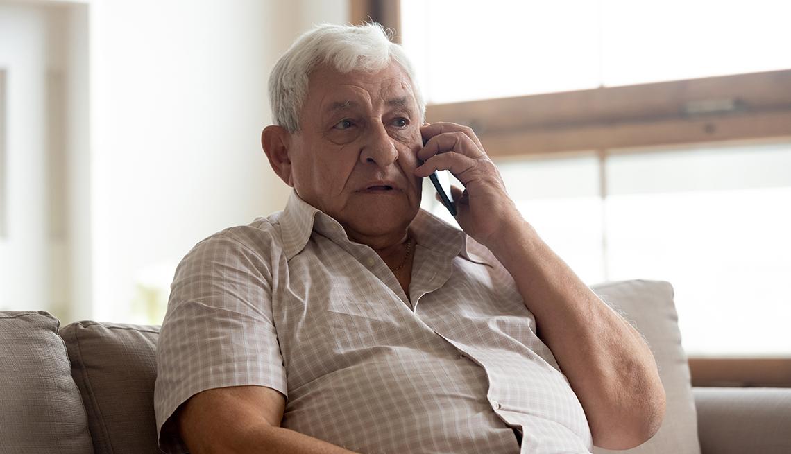 Hombre mayor hablando por teléfono
