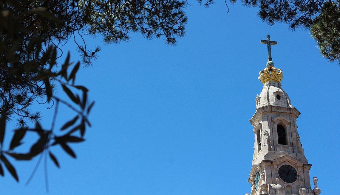 Cúspide de una iglesia sobre el cielo azul