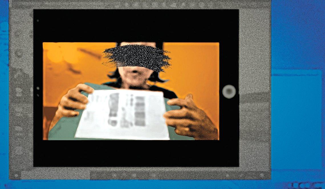 Captura de pantalla de una víctima de fraude que muestra a sus estafadores una caja con dinero que pondrá en el correo.