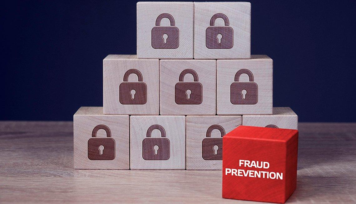 Cajas con una imagen de candado y apiladas en forma de pirámide. Al lado una caja roja que dice prevención de fraude.