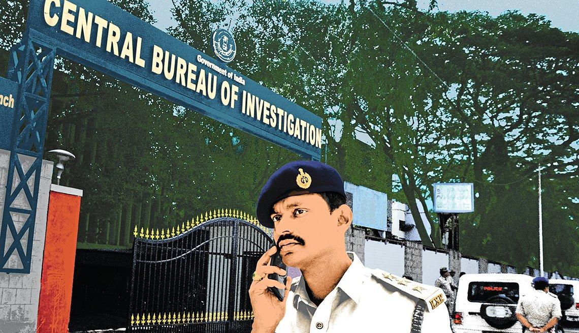 Policía en la India habla por teléfono frente a la oficina del Buró Central de Investigación (CBI), Bangalore, 2018
