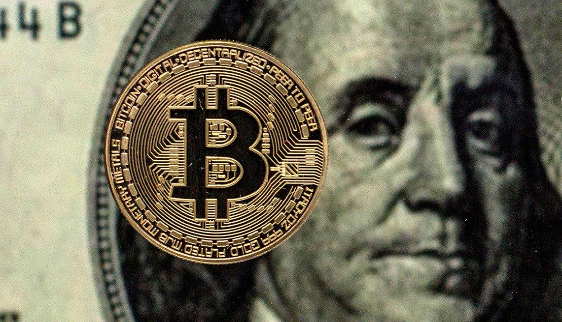 Bitcóin sobre un billete de dólar