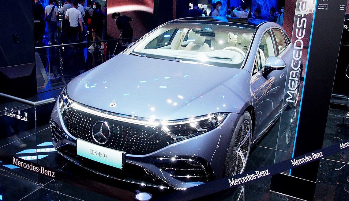 A Mercedes Benz new energy vehicle is displayed at the 19th International Automobile Industry Exhibition Auto Shanghai 2021 in Shanghai, east China, April 28, 2021. The 19th Shanghai International Automobile Industry Exhibition Auto Shanghai 2021 concluded on Wednesday.   The 10-day auto show, which kicked off on April 19, attracted roughly 810,000 visitors and more than 1,000 companies in the auto industry. A total of 1,310 vehicle models were displayed at the show, according to the organizer.   Auto Shanghai 2021 is the first major auto show globally to run normally amid the coronavirus pandemic this year.