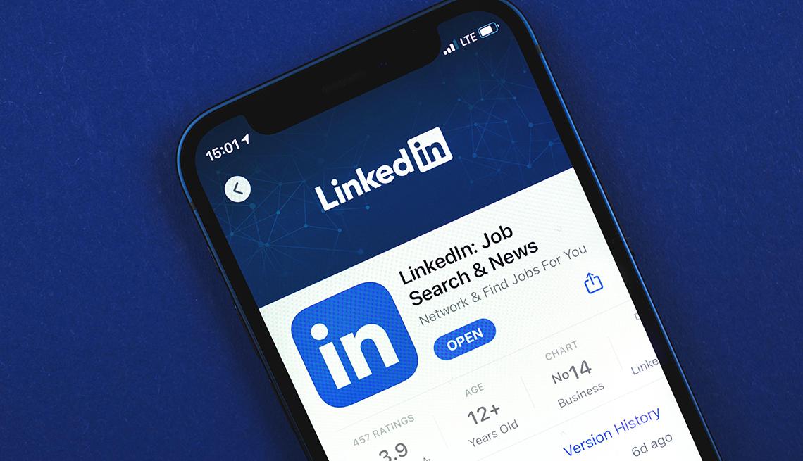 Teléfono inteligente con la página de Linkedin