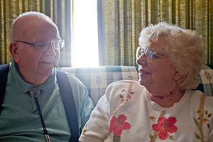 Ricki y Don Morgan de Lakewood usan Tax-Aide de AARP para ahorrar dinero en la preparación de sus impuestos. Foto por Matt Slaby/LUCEO