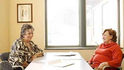 LaVonda Hill (izquierda), de Forest City, ha recibido asistencia gratuita para preparar sus impuestos por parte de voluntarios de AARP Foundation Tax-Aide como Pat Zito. Foto por Travis Dove