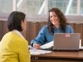 Mujeres en una oficina - Ayuda para los impuestos - Marisol Thomer