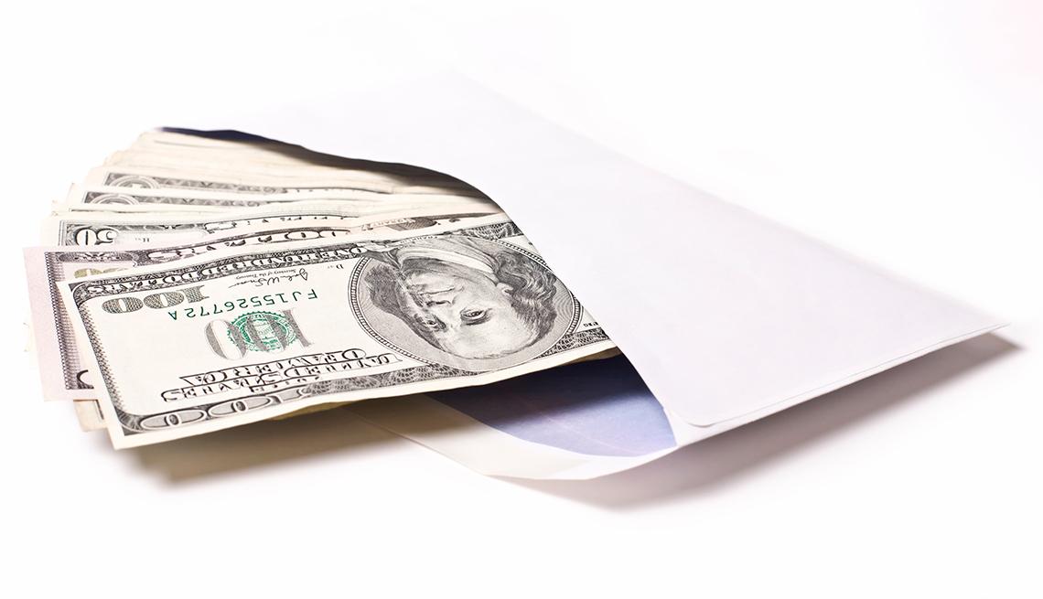 Billetes de dólar en un sobre.