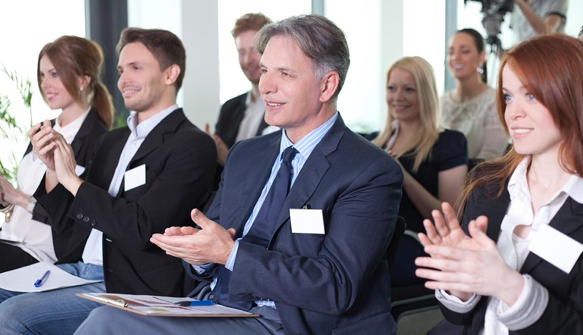 Gente aplaudiendo en una reunión