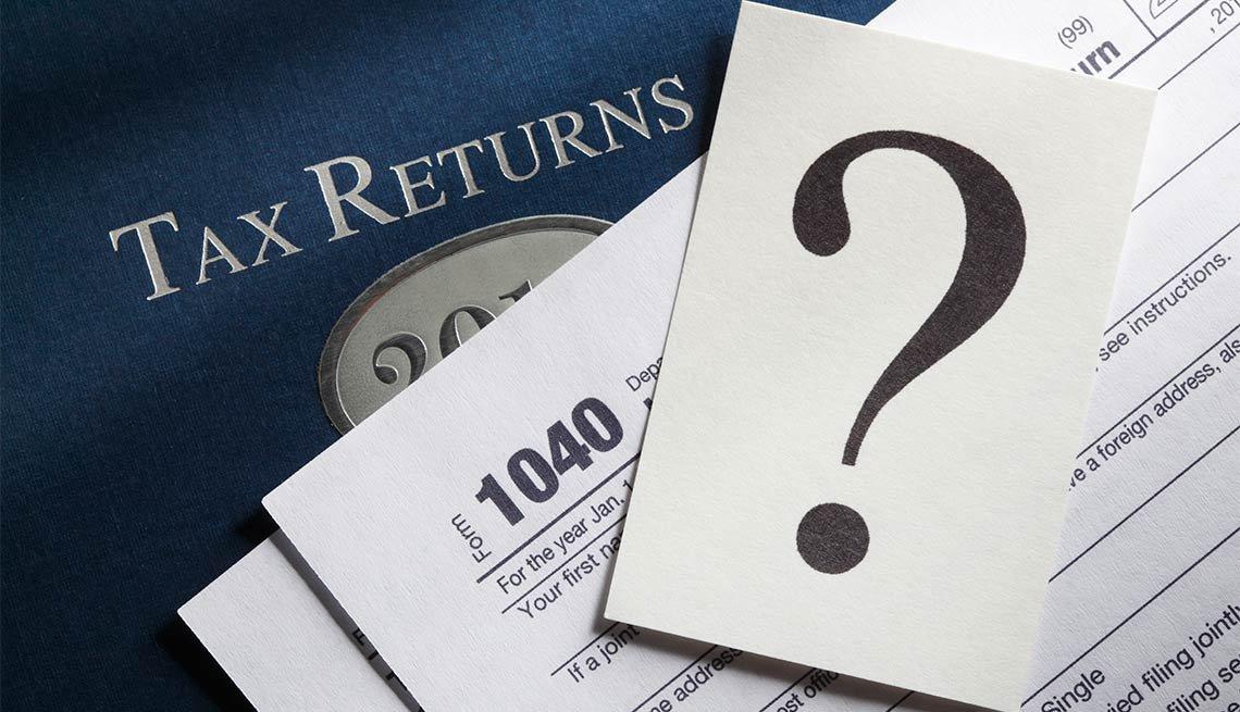 Imagen que ilustra la devolución de impuestos, una forma 1040 y un signo de interrogación
