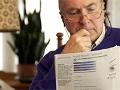 Hombre adulto leyendo un informe