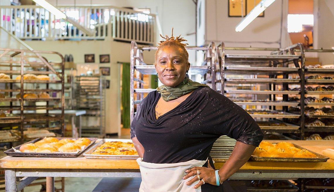 Mujer trabajando como panadera
