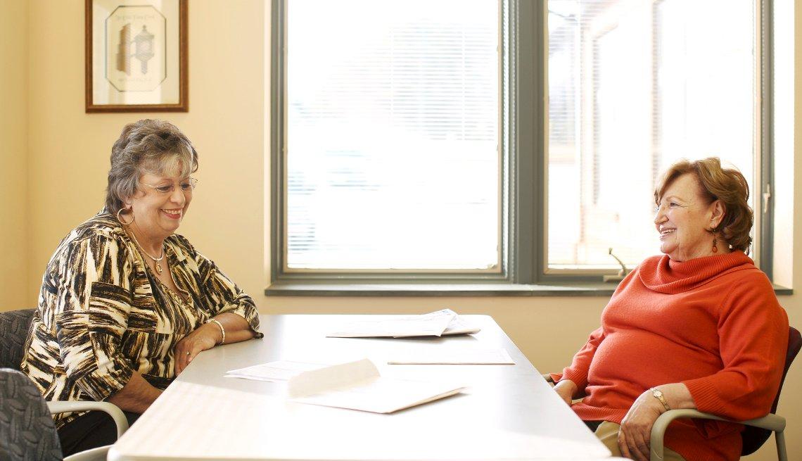 LaVonda Hill (izquierda), de Forest City, ha recibido asistencia gratuita para preparar sus impuestos por parte de voluntarios de AARP Foundation Tax-Aide como Pat Zito.