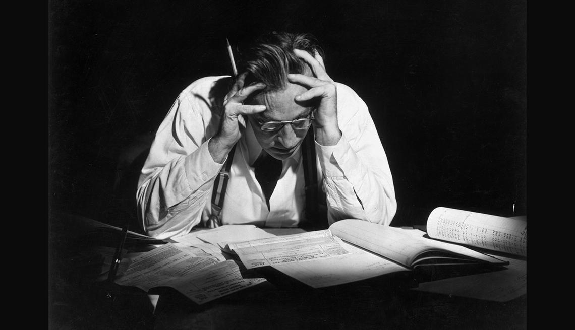 Hombre preocupado mirando papeles con cuentas y formas de pelear una auditoría