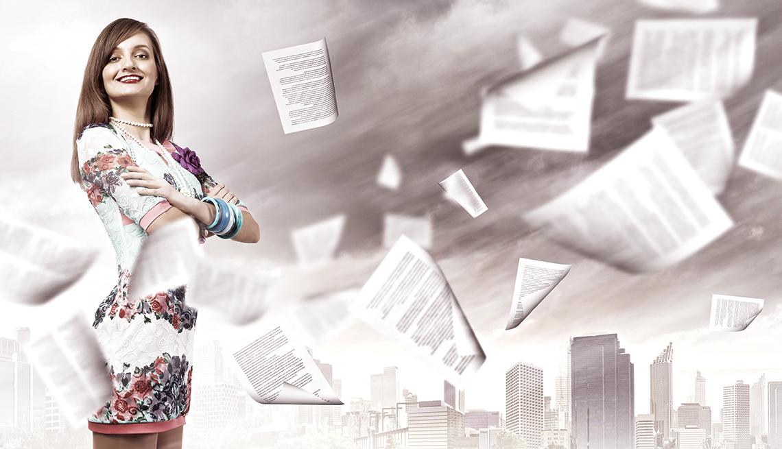 Mujer con papeles volando en el fondo