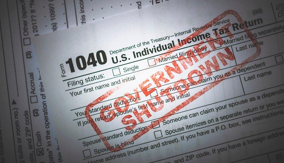 """Formualrio 1040 del IRS con las palabras """"Gobierno en paro"""""""