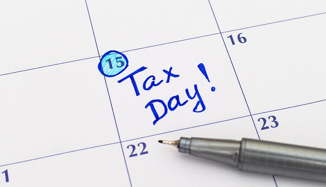 Calendario con el letrero en tinta azul Tax Day!, en el día 15.