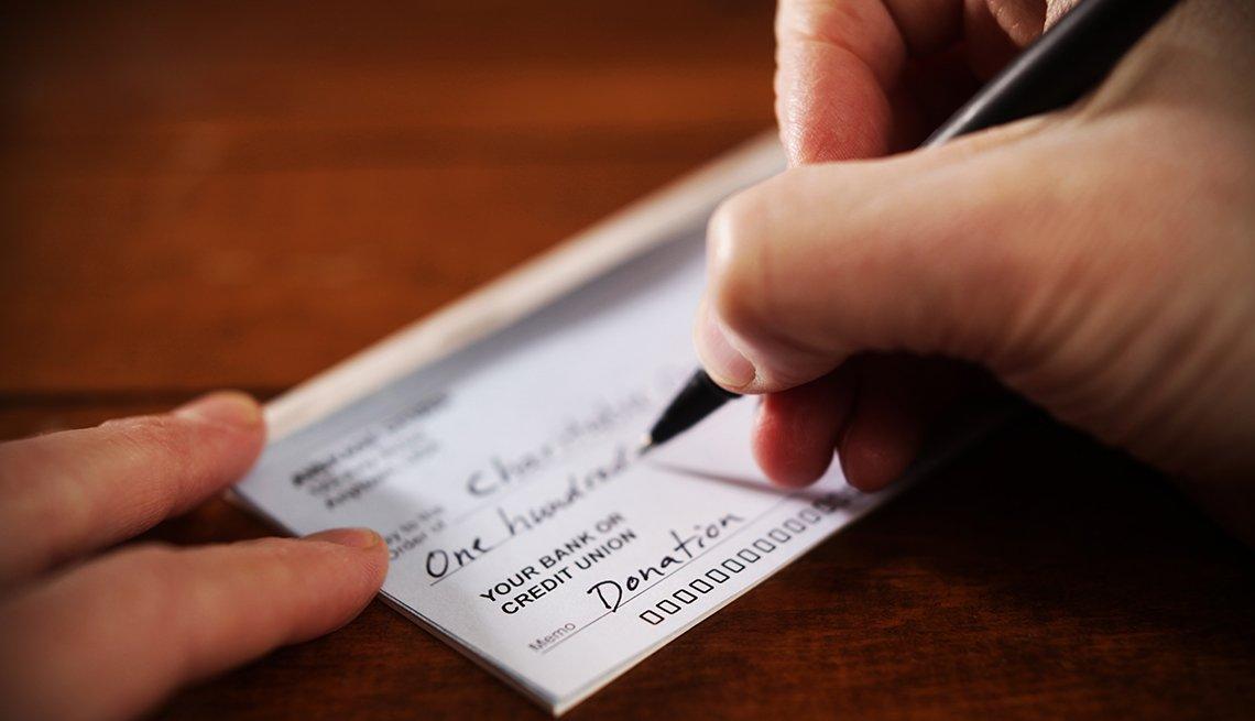 Persona diligencia un cheque