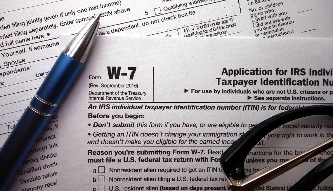 Formulario del IRS W-7 con un lapicero encima.