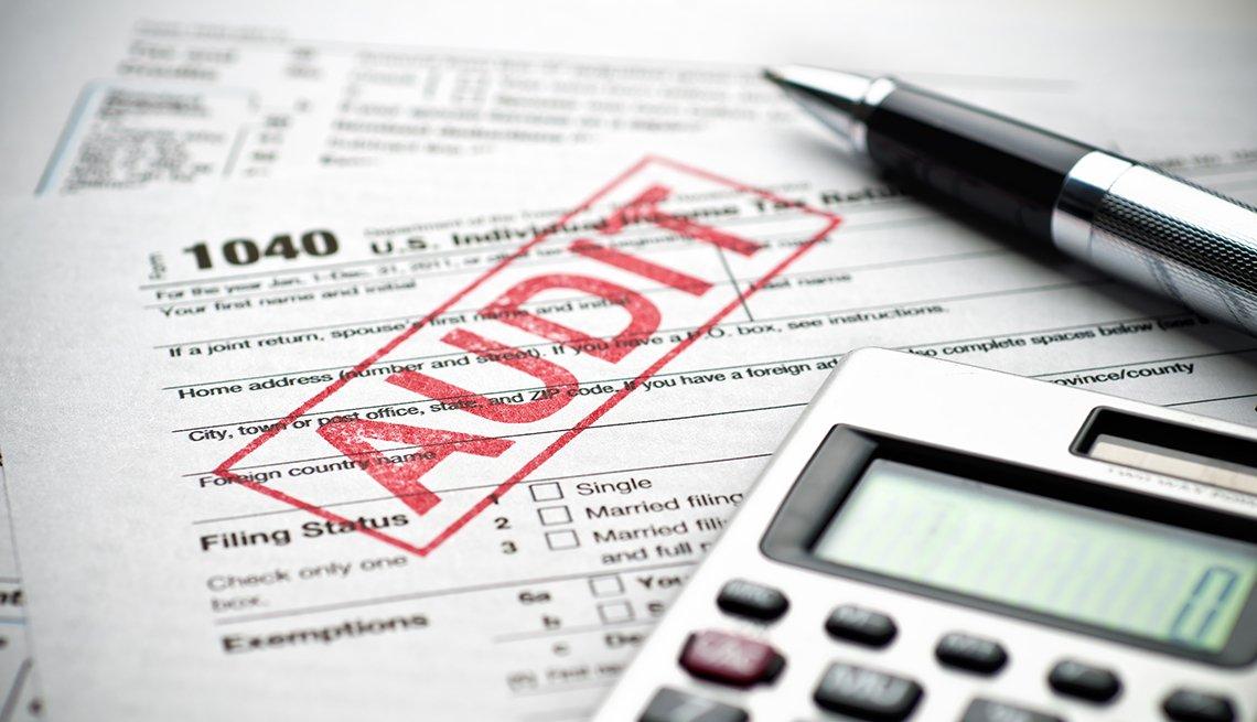 Formulario 1040 del IRS con un sello de auditoría.
