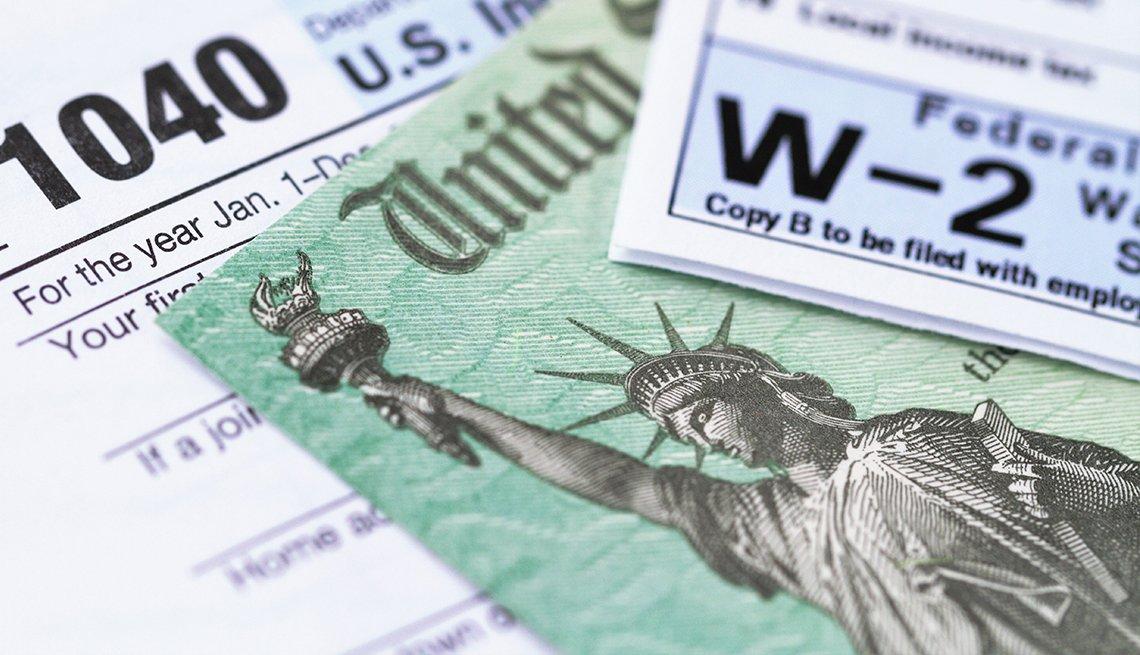 Formulario 1040, cheque del Tesoro de  los Estados Unidos, y W-2