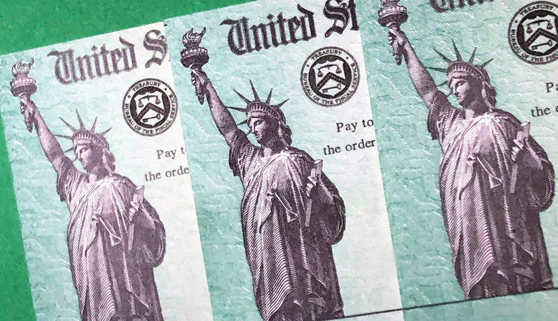 Acercamiento a cheques de estímulo del Departamento del Tesoro de los Estados Unidos.