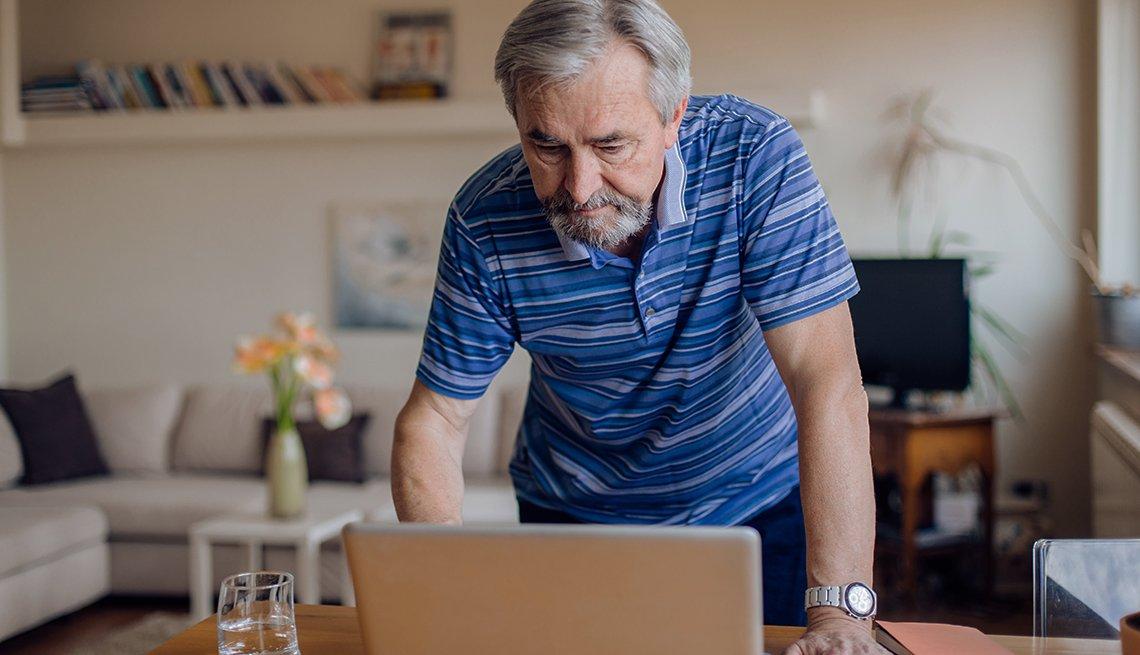Hombre mirando a una computadora portátil