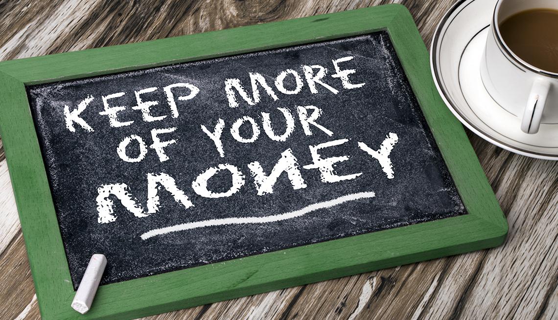 Tablero y un letrero en tiza que en inglés conserve más de su dinero.