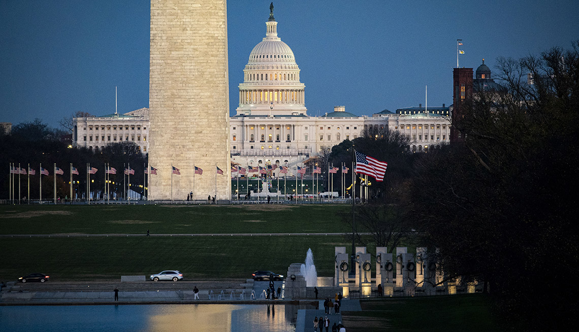 Panorama desde la fuente reflectiva cerca al monumento de Washington y al Capitolio en Washington, DC. diciembre 6, 2020