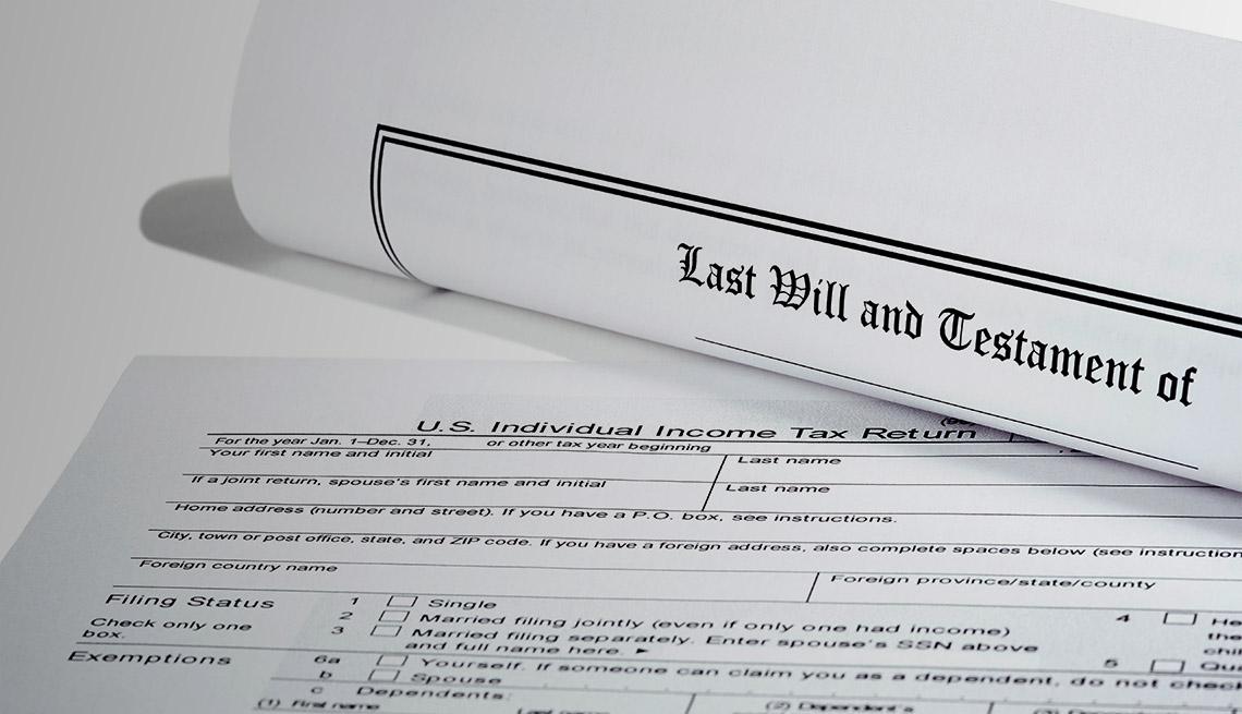 Testamento y formulario del último deseo al lado de un formulario 1040 del IRS