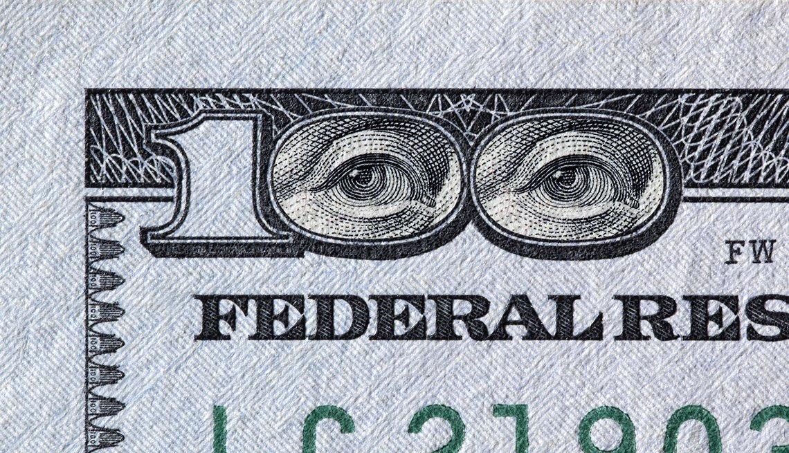 Ojos de Benjamin Franklin en un billete de 100 dólares