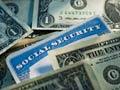 Tarjeta de Seguro Social con billetes de dólar - Un acuerdo sobre el presupuesto podría costar a los beneficiarios del Seguro Social $112 mil millones de dólares en diez años