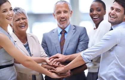 Grupo de personas vestidos de oficina - Adaptación económica para una vida más larga