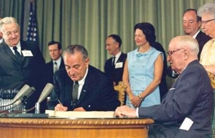 El presidente Johnson cuando promulgaba la ley del programa Medicare, 30 de julio de 1965