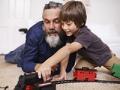 Abuelo jugando con su nieto