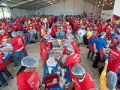 Voluntarios empacando comida el Día de Servicio