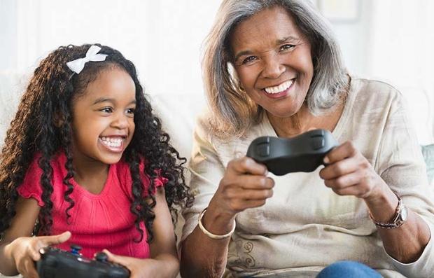 Abuelita con su nieta jugando video juegos