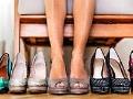 Pies de una mujer y varios pares de zapatos