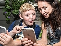 Kathleen, 46, juega Pokemon Go con su hijo Nicholas