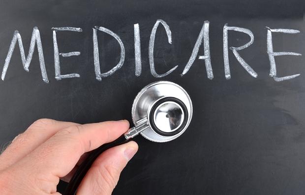 Estetoscopio ante una pizarra que dice Medicare
