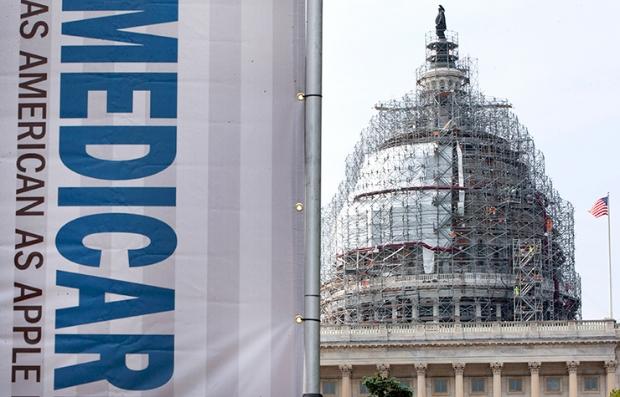 Rótulo que dice Medicare frente al capitolio de Estados Unidos en Washington DC