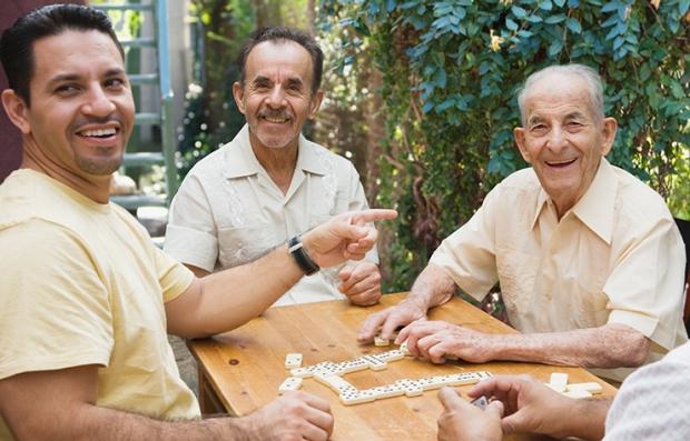 Tres hombres de diferentes edades
