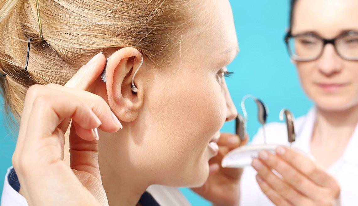 Mujer probando unos nuevos audífonos