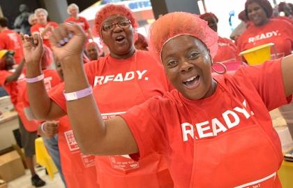 Voluntarios participando del AARP Meal Pack Challenge en Memphis TN