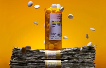 Frasco de medicamentos sobre dólares