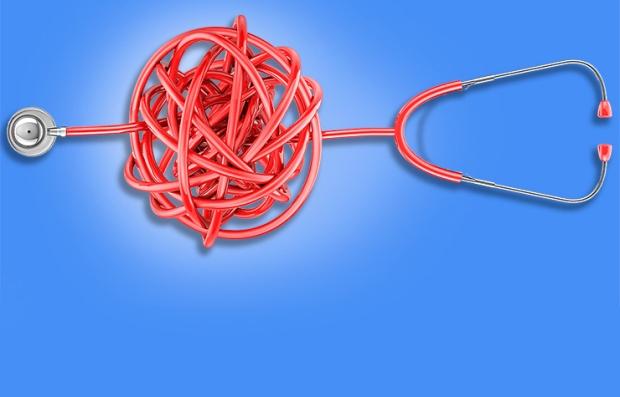 Estetoscopio con su cordón formando un gran enredo