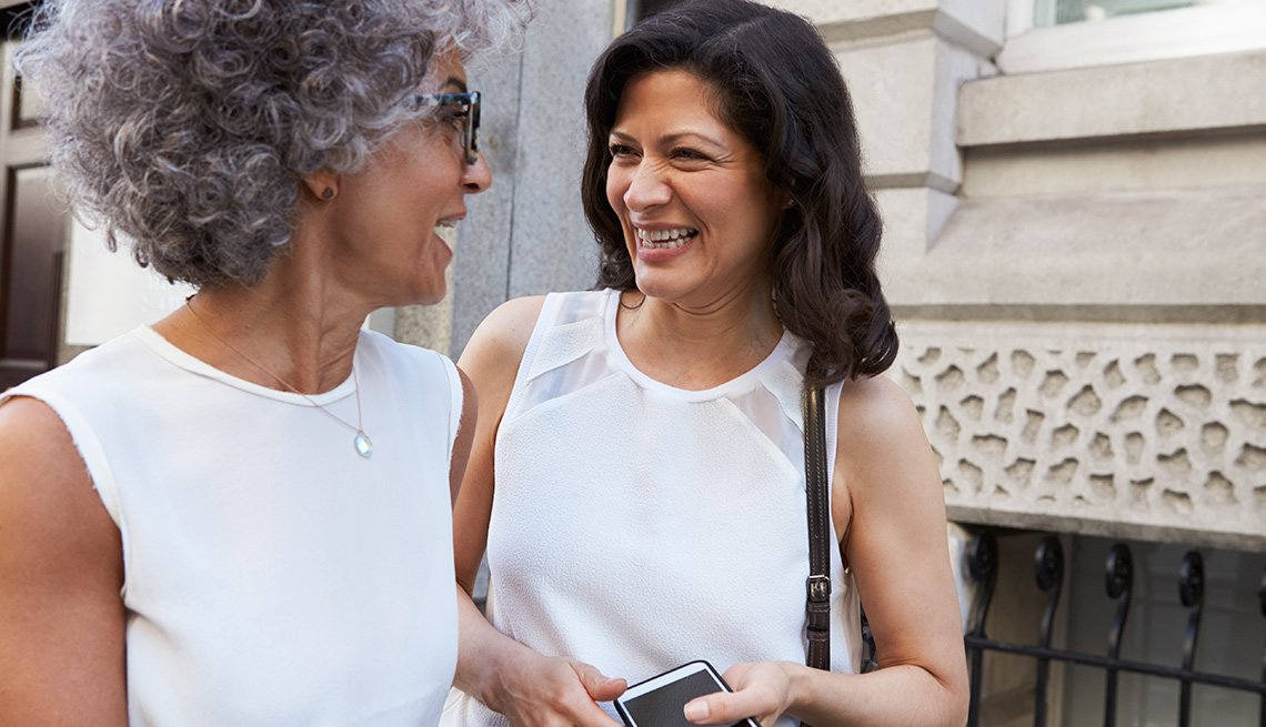Dos mujeres hablan en la calle