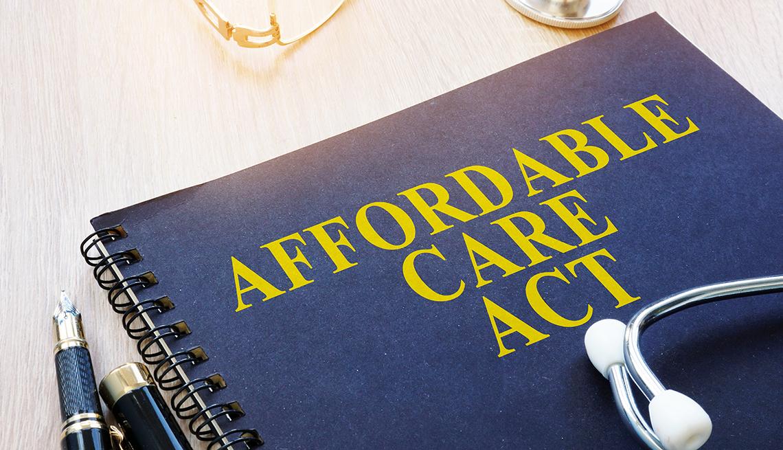 Un libro titulado Affordable Care Act (Ley de cuidado asequible).