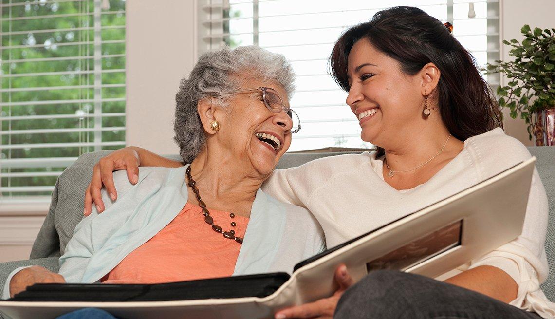 Dos mujeres sentadas en un sofá