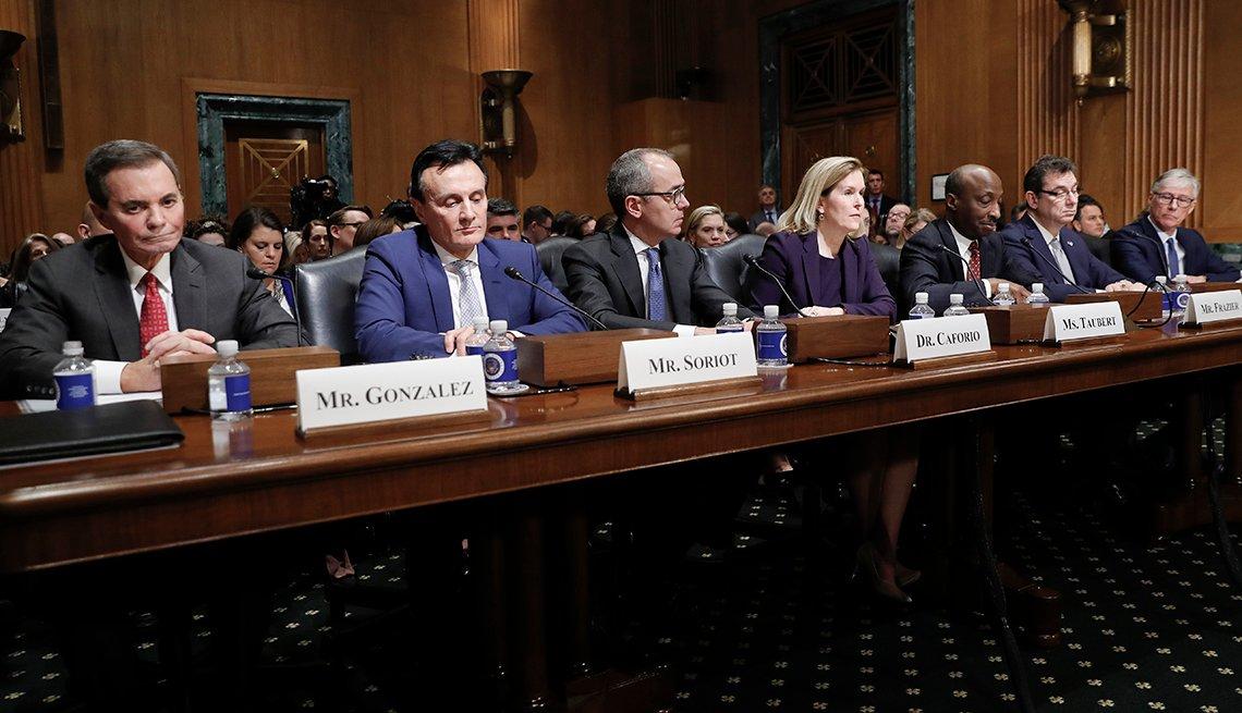 Representantes de las compañías farmacéuticas frente a un comité del Senado